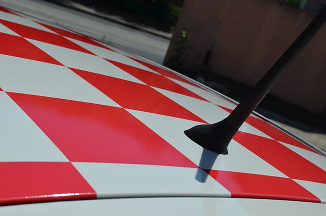Alfa Romeo Mito, Covering damier rouge, car-wrapping, Confort Glass Sathonay-Camp, Lyon, région Rhône Alpes