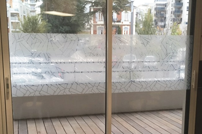 Film dépoli design vitra, film opalisant, film de discrétion, Confort Glass Bâtiment, Sathonay-Camp, Lyon, région Rhône-Alpes