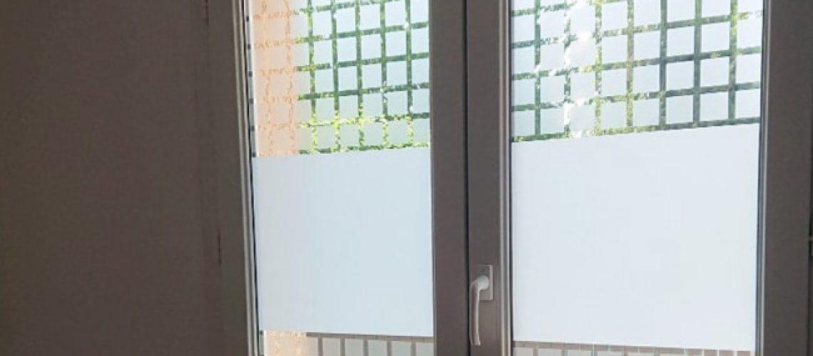 Film dépoli classique Claustra pour vitrage. Film discrétion et intimité. Confort Glass Bâtiment, Caluire, Lyon.